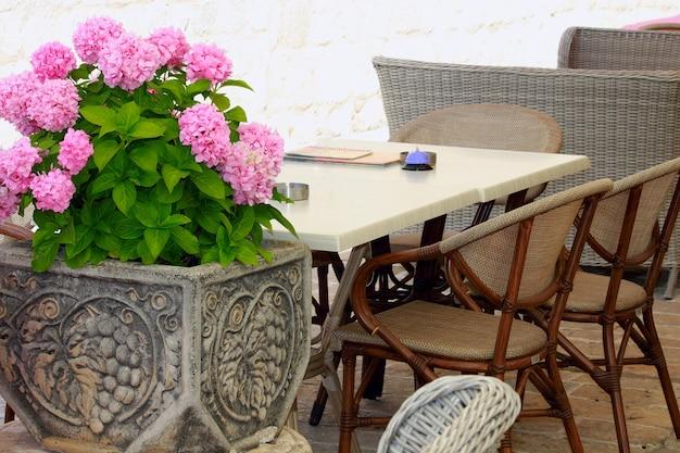 Modern elegant europe-restaurant buiten in montenegro