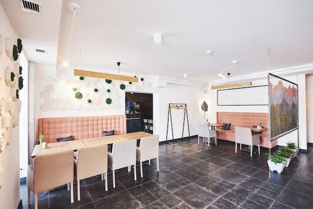 Modern en eenvoudig café-interieur met klassiek houten meubilair