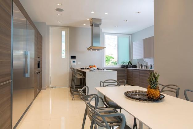 Modern en licht keukeninterieur.