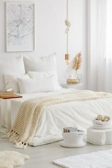 Modern en licht slaapkamerinterieur ingericht in scandinavische stijl volgens de hygge-filosofie