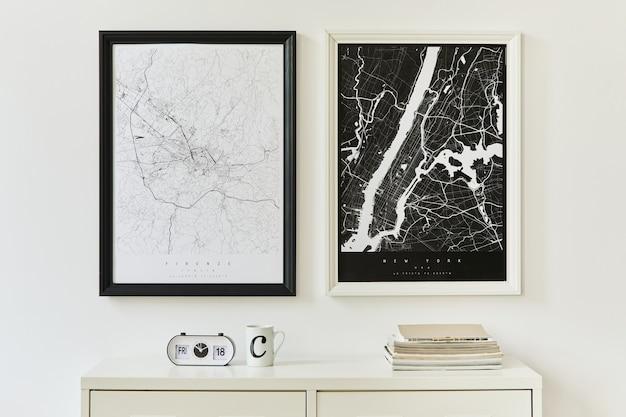 Modern en minimalistisch concept van twee mock-up posterkaarten met witte commode, decoratie, boek, klok en elegante persoonlijke accessoires. sjabloon.