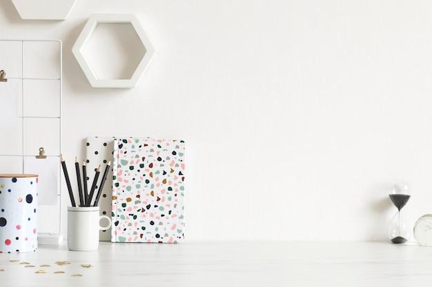 Modern en stijlvol interieur met elegante accessoires, benodigdheden, notities, memosticks, potloden en organizer in scandinavisch interieur. kantoor aan huis concept. ruimte kopiëren.