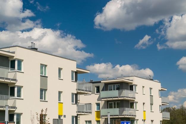 Modern flatgebouw op blauwe hemelachtergrond