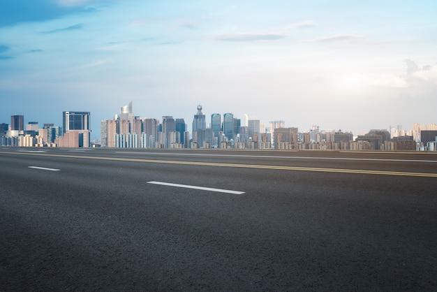 Modern gebouw achtergrond en asfaltweg in shanghai, china