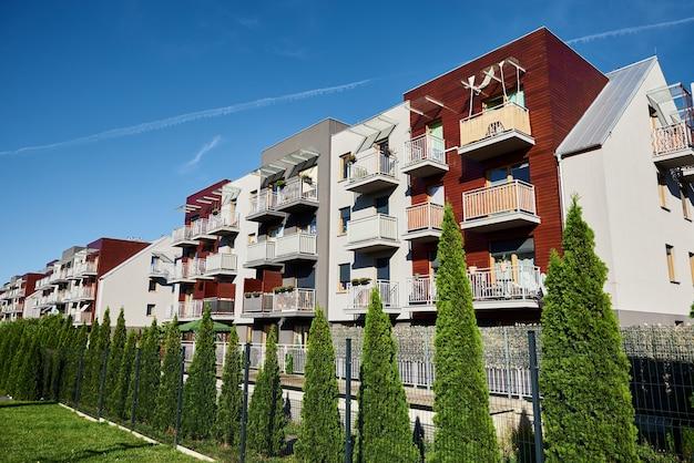 Modern gebouw gevel met ramen tegen blauwe lucht