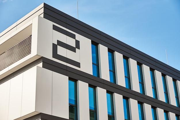 Modern gebouw gevel met ramen