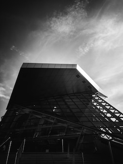 Modern gebouw in zwart-wit