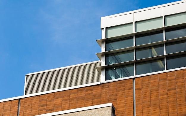 Modern gebouw met gesloten ramen