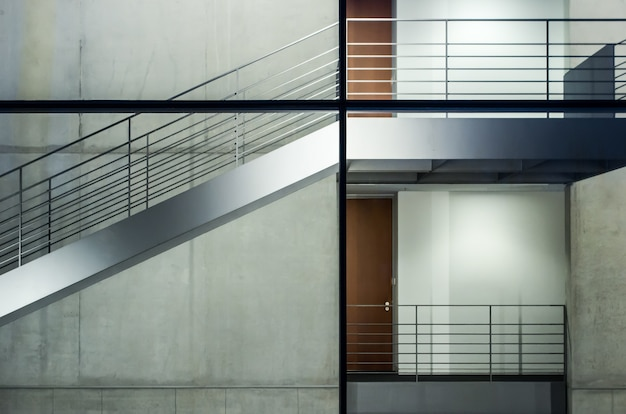 Modern gebouw met glazen ramen en trappenhuizen onder de verlichting