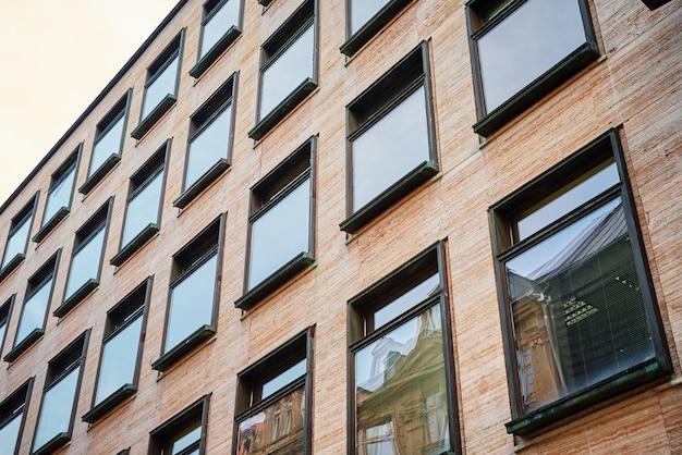 Modern gebouw met ramen