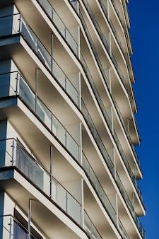 Modern gebouw met veel balkons tegen de hemel. stedelijke huisvesting.