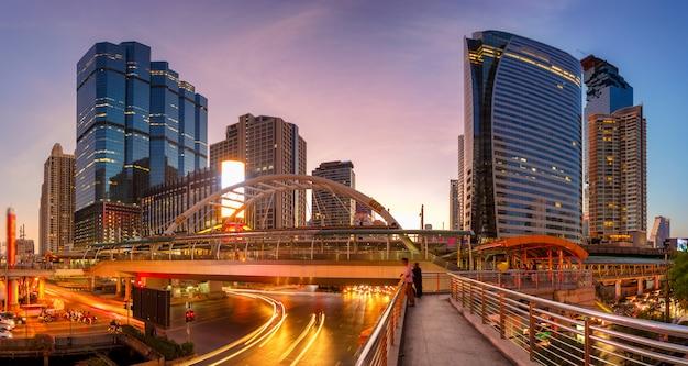 Modern gebouw 's nachts. verkeer in het zakelijke district het skytrain-station chong nonsi