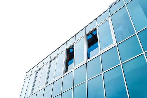 Modern gebouw van glas en metaal