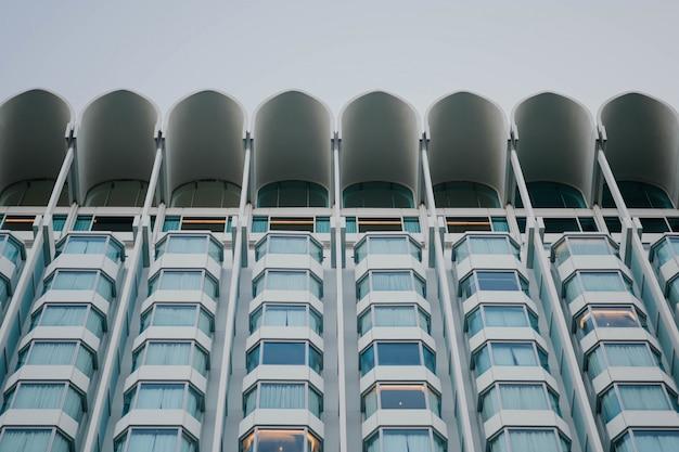 Modern gebouw van onderaf gezien