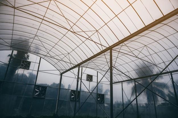 Modern gesloten landbouwsysteem voor het kweken van planten met technologie en innovatie