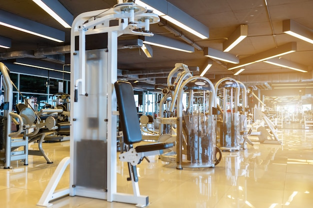 Modern gymnastiekbinnenland en fitness gezondheidsclub met sporten oefeningsmateriaal, fitness centrumbinnenland.