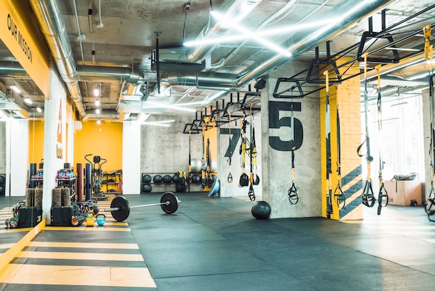 Modern gymnastiekbinnenland met oefeningsmateriaal