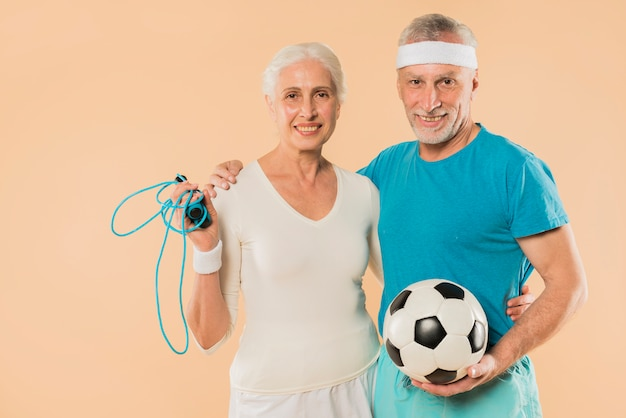 Modern hoger paar met touwtjespringen en voetbal