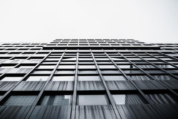Modern hoogbouw gebouw onderaanzicht