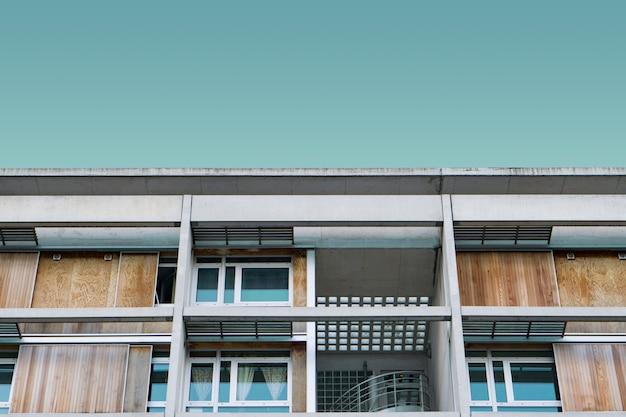 Modern houten gebouw onder de blauwe hemel