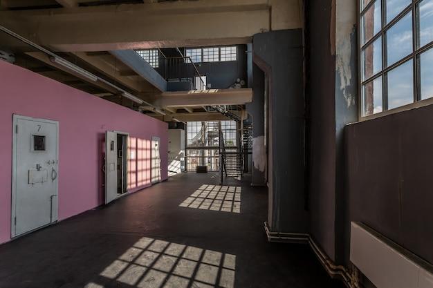 Modern huisinterieur met roze muren en grote ramen