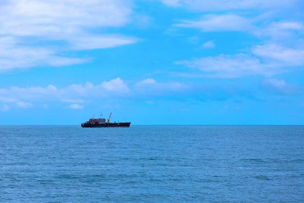 Modern industrieel vissersvaartuig aan de zwarte zee.