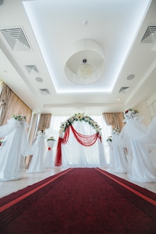Modern ingerichte huwelijksboog, voor huwelijksceremonie. decor, huwelijk.