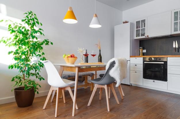 Modern interieur gezellige keuken en eetkamer