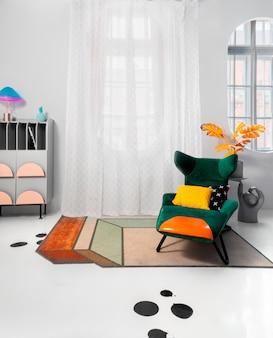 Modern interieur met felle kleurblokaccenten op de grijze achtergrondheldere kussens.