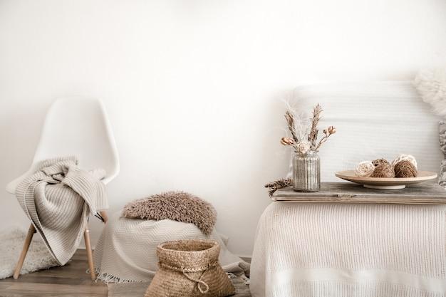 Modern interieur met huisartikelen. gezelligheid en comfort in huis.