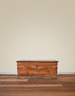 Modern interieur met oude houten kist.