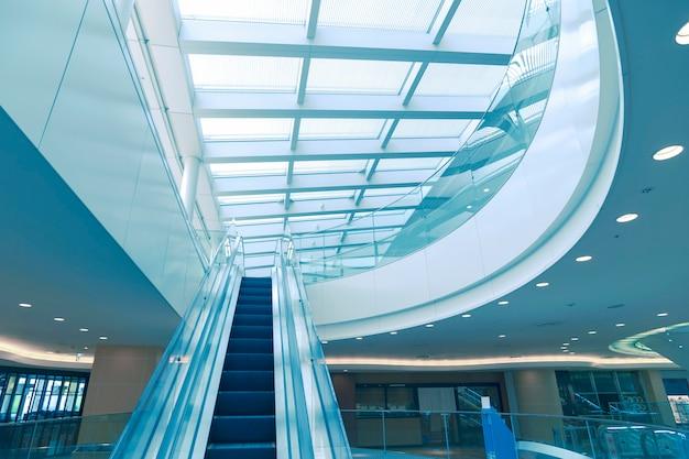 Modern interieur met roltrap naar het glazen dak