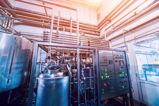 Modern interieur van een brouwerij. vaten en pijpen. fabriek interieur.