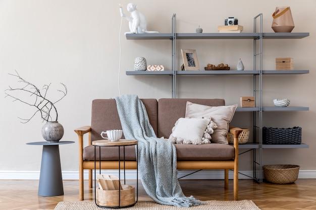 Modern interieur van woonkamer met bruine houten bank, grijze boekenstandaard, vaas met bloemen, salontafel, decoratie en elegante accessoires. beige en japandi-concept. stijlvolle huisstaging.