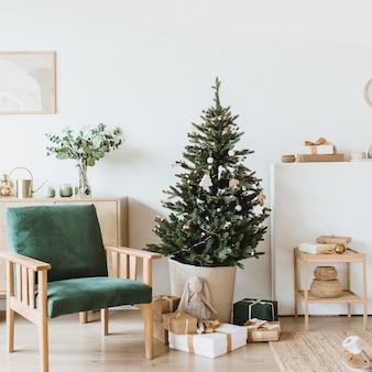 Modern interieur woonkamer met kerstversiering, speelgoed, geschenken, dennenboom