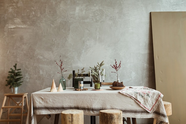 Modern interieur woonkamer met kerstversiering, tafel, dennenboom.