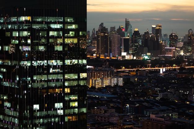 Modern kantoor nieuwbouw met verlichting 's nachts