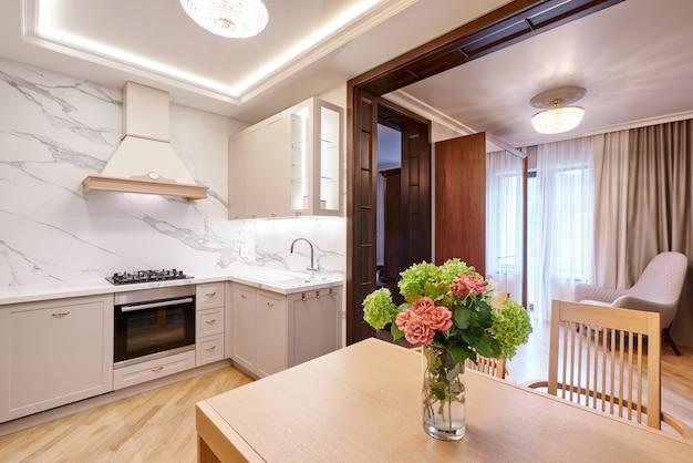Modern keukenbinnenland en bloemenvaas