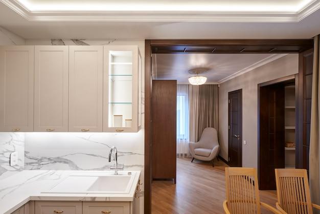 Modern keukenbinnenland en woonkamer