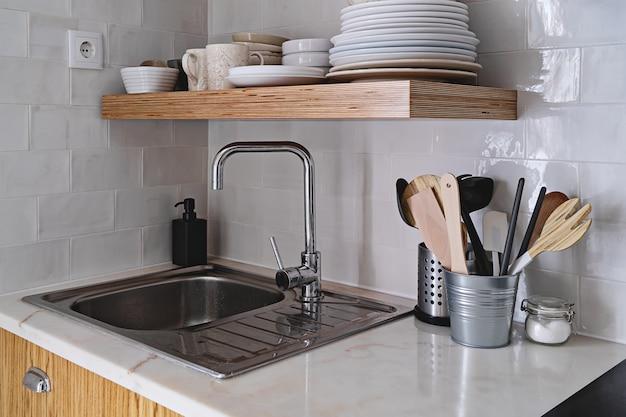 Modern keukenbinnenland met witte bakstenen tegelmuur in skandinavische stijl