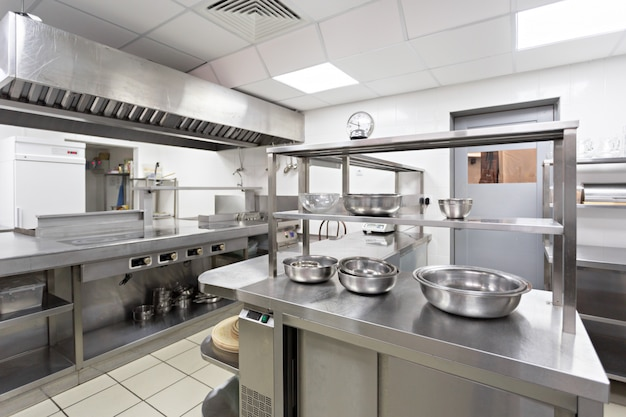 Modern keukenmateriaal in een restaurant