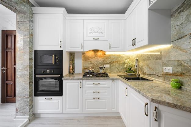 Modern klassiek wit keukenbinnenland met houten meubilair