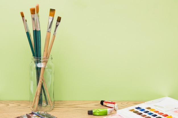 Modern kunstenaarsconcept met borstels en kleurrijke verf