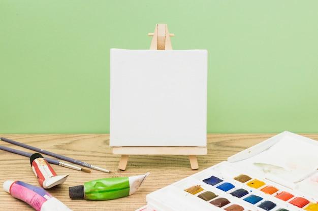 Modern kunstenaarsconcept met malplaatje