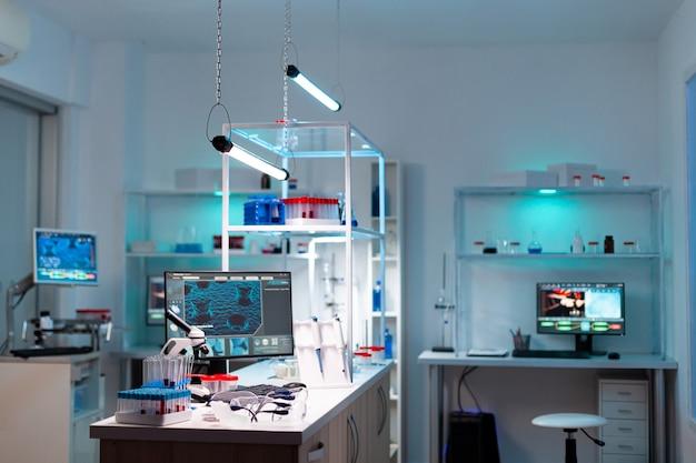 Modern laboratorium voor wetenschappelijk onderzoek met professionele apparatuur voor het bestuderen van virussen