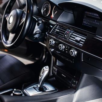 Modern lederen interieur van de nieuwe auto automatische transmissieknop in een nieuwe moderne auto