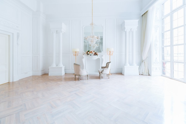 Modern licht schoon, rijk barok interieur met schommel