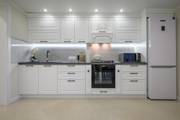 Modern luxe wit keukeninterieur