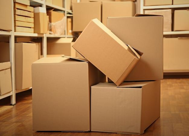 Modern magazijn vol kartonnen dozen