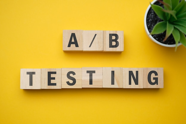 Modern marketingmodewoord - a- en b-testen. bovenaanzicht op houten tafel met blokken. bovenaanzicht.